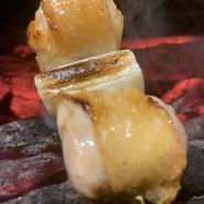 大きめにカットした宮崎の地鶏のモモ肉を使用。外はコンガリ、中はふっくらジューシーに焼き上げられた肉は弾力があり、噛んだ瞬間に肉汁と旨みがほとばしります。ネギもできるだけで甘いものを選んでいます。