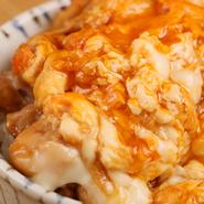 味が濃厚で弾力が抜群な、四元交配の愛媛のブランド鶏「媛っこ地鶏」を使用。江別の農家から直送してもらう卵も、黄身の色が鮮やかでコクが濃厚です。だしではなくパイタンスープを使うことで、独特の味わいに。