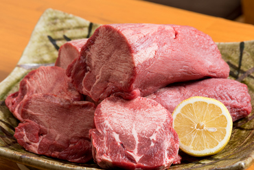 10mmの厚さが自慢!ひと口頬張ると肉汁がジュワッと広がる『厚切り牛タンステーキ』