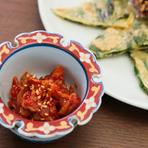料理長の金原氏は、ソウルでも料理人として活躍してきた方。タレは【居酒屋 韓】オリジナルのブレンドで、手づくりにこだわった家庭料理も多く並びます。本場仕込みのおいしさを堪能できる場所。