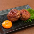 しっかりと焼いた豚の三枚肉(バラ肉)に、特製の味噌や薬味を付けサンチュに包む人気の韓国料理。豚肉を焼き上げていく工程にも工夫があり、余分な脂が落ち旨みだけが残っていきます。
