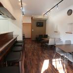 広々とした店内には、オープンキッチンに沿ったカウンターやテーブル席が設えてあります。グループで過ごしやすい個室も完備。女子会や家族の食事、気心知れた友人となど、幅広く利用できます。