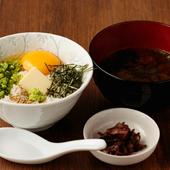 金魚特製たまごかけごはん(写真左)