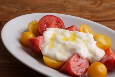 そのトマトの味に驚く。主役の良さを存分に味わえる『トマトとブッラータチーズ』