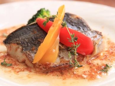 ふわりと崩れる鮮魚を自家製ソースで食す『本日の魚のポワレ』