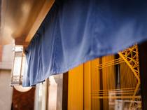 青い暖簾の奥に広がるのは、しっとりと落ち着いた大人の空間