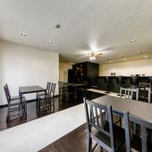 広々とした店内には、テーブルが4卓。奥にはカウンター席を完備