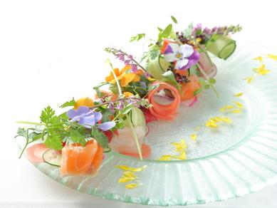 京都・園部の畑をイメージした前菜『鮮魚のカルパッチョ 庭園仕立て』