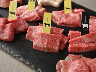 今だけ特別価格、3,980円!熟成和牛希少部位やサーロイン焼きすきなど贅沢な12種を堪能できます。