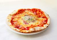 ベーコン、卵入りのトマトソースピッツァ