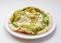 自家製バジルソースと濃厚クリームチーズのピッツァ
