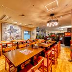 全100席の大空間を設え、シアターのライブ感を楽しむような格別の時をお届け。空間と料理の提供スタイルは最先端でありつつ、接客とサービスはきめ細かく丁寧。新しさと古き良き雰囲気の両方を満喫できます。