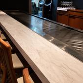 どの席の前にも鉄板があり、シェフの技を間近に楽しめる