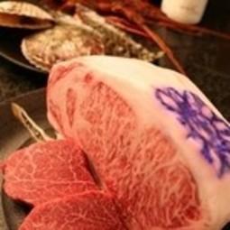 自慢の『神戸牛ステーキ』はもちろん、鮑、海老、帆立の『海鮮焼き』も付いた贅沢なコース