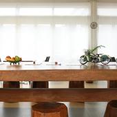 窓からの光と大きな木のテーブルが、ナチュラルな雰囲気を演出