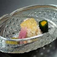 季節の食材を用いたメイン料理。あしらいにも趣向が凝らされており、目でも楽しめる一皿です。9000円と12000円のコースは同じ内容ですが、15000円のコースだけメイン料理が異なります。写真は12000円のコース。