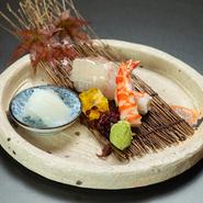 蝦夷鮑と北海道産のバフン雲丹を合わせた贅沢な一品。『黒毛和牛ステーキ懐石』、『極上松阪牛しゃぶしゃぶ懐石』の副菜として必ず提供されます。雲丹と鮑の下の食材が季節によって異なるのも楽しみの一つ。