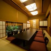 最大34名まで収容できる大広間、大小の個室などを完備