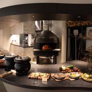 店内からは調理風景を見ることもできます。料理が出来上がっていく様子を楽しめるほか、店内にただよう「おいしそうな香り」で、オーダーした品を待っている間もワクワクさせてくれます。