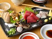 全国各地の新鮮な旬の魚介類は豊洲で目利きして選んだもの。日替わりで約4種が並びます。また、量はお腹に合わせて注文できるので気軽に頼めるのも嬉しいところ。お酒のアテとしても最適です。※写真は二人前です。