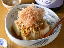 かけた瞬間に葱の香ばしい香りがたまらない【うか珠】定番の『葱香るじゃこ葱豆腐』