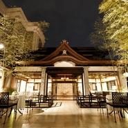 唐紙模様の壁や寄木細工の床で設えたレストランに、清らかな水の音色、幻想的な炎の明かりが灯るガーデン。 日常にはない寛ぎと癒しの空間で、優雅な時間をお過ごし下さい。