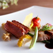 2種類の肉を味わえる豪華な逸品。とろけるような柔らかさで、甘みと旨味のある「国産牛」と、コクがありジューシーな「ホロホロ鳥」をハーブバターと赤ワインソースで。