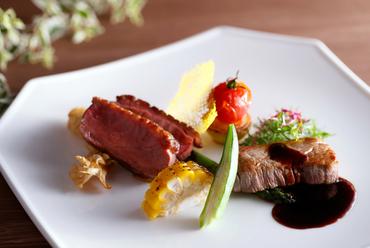 """肉そのものがもつ""""おいしさ""""を食せる『国産牛フィレ肉とホロホロ鶏のグリエ ハーブバターソース』"""