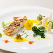 真鯛をやや低めの温度で長時間蒸すことにより、身はフワフワのまま。表面はしっかりとソテーすることでパリッとした食感です。行者ニンニクを使用した山菜のソースが風味を一層引き立ててくれます。