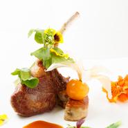 とろけるような食感の「飛騨牛のフィレ肉」にクセの少ない子羊のエギュイエット。お肉の旨味を損なわないよう、赤ワインソースはやや軽めに。