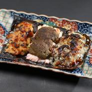 画像左から『甘エビとサーモンの塩麹づけ』『カニ身とカニ味噌』『ニシンの麹漬け』と、お酒と相性抜群の人気の「あて」の盛り合わせ。生でも食べられる鮮度の魚介類を丁寧に仕込んであり、そのおいしさは格別です。