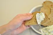 クリームチーズとピュアな生クリーム、後は隠し味。 そこへフレッシュな万能ネギを混ぜ込みワインと是非お楽しみ下さい。