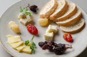 チーズも旬な物を。その日のオススメであったり、期間限定の物を皆様にご提供させて頂いております。