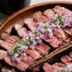 Tボーンといえば左右で肉の部位が違い、ジューシーなサーロインと柔らかいヒレが一度に味わえます。味付けは当店オリジナルスパイス。こちらはコースでもお楽しみ頂けます。