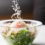 緑黄色野菜の王様と呼ばれるケールを静岡県から直送。とても食べやすいオーガニックケールで、食べて美味しく、栄養タップリで身体にも嬉しいサラダ。