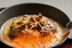 牛100%のハンバーグに数種類合わせて作った旨味たっぷりのチーズと一緒にお召し上がりください。