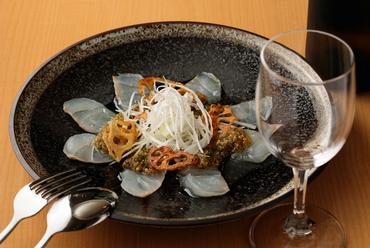 季節を五感で味わう一皿。捌き立ての旬の鮮魚たっぷり『鮮魚のカルパッチョ』
