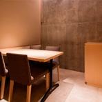 純和のつくりの店内には、4名用の洗練された個室も完備。落ち着いた雰囲気の中ゆったりと食事を楽しめ、接待などの会食やデート、記念日の食事に最適です。