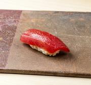 湯引きして昆布〆にし、皮目のやわらかさを活かした春子鯛は、一貫目に登場。切り目も美しく、端正なフォルムが寿司のレベルの高さを物語ります。淡白ながらも味わい深く、シャリと一体化すると繊細な味わいに。