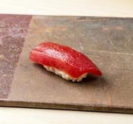 身のふんわり感と赤酢のシャリの一体感が絶妙。昆布の香りを移した『春子鯛』