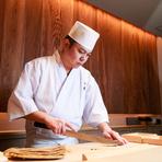 「お客様にとことん楽しんでいただく」が大将のモットー。伝統を尊重しながらも、既成概念にとらわれない自由な発想で、日本が誇る寿司文化を更に進化させた寿司を提供してくれます。