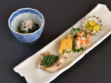 インパクトに富む一皿からコース料理が開幕『付きだし5点盛り』