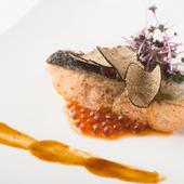コースのテーマに沿って供される、季節感たっぷりな『魚料理』