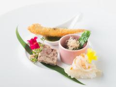 【東郷】の味を心ゆくまで堪能できる、月替わりのおまかせコース