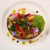 皿の上に、北海道の自然豊かな大地を表現した『北海道産生ハムのタルティーヌ』