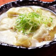 自家製の鶏白湯スープで餃子を炊いた人気料理。鶏の旨味が溶け込んだ濃厚なスープと、肉汁あふれるジューシーな餃子が見事にマッチしています。ご飯と一緒にかきこみたくなる一品です。※写真は5個入り