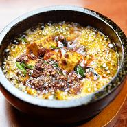 2種類の山椒を独自にブレンドして味つけた逸品。石焼き鍋で提供していて、熱々の状態で楽しめます。スパイシーな香りと痺れるような辛さで、ついつい箸が止まらなくなります。