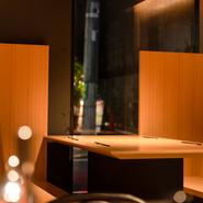 間接照明に照らされた、木のぬくもりを感じられる店内は、デザイナー監修の洗練された大人の空間。ゆったりと寛げるようにと、席は広めに設計されており、居心地も抜群です。都会の喧騒を忘れ、リラックスできます。