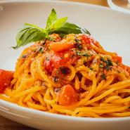 【イタリアンレストランPlurale】を訪れたら、まずは味わいたいメニュー。自家製トマトソースはオリーブオイルを加えて甘みたっぷり、まろやかに仕上げました。ふんだんに使われたバジルが爽やかに香ります。