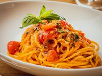 甘みたっぷりでまろやかな自家製トマトソースパスタ『トマトバジリコ』